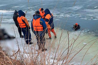 Семья россиян с тремя детьми провалилась под лед в автомобиле и погибла