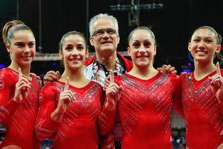 Джон Геддерт с гимнастками сборной США на Олимпийских играх в Лондоне