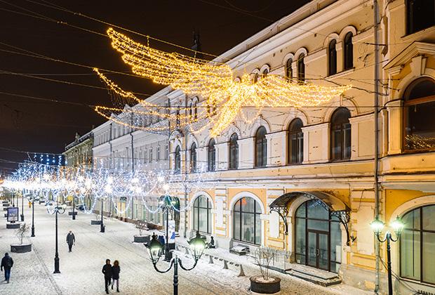 Украшенная к Новому году улица Большая Покровская