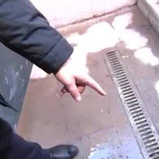 Жители многоэтажки в Подмосковье пожаловались на лужи и плесень