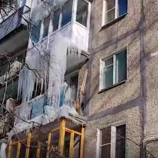 Владельцев балконов в российском городе обязали самостоятельно сбивать сосульки