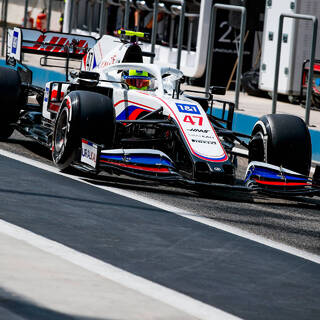 Глава американской команды «Формулы-1» оправдался за российский флаг на болидах