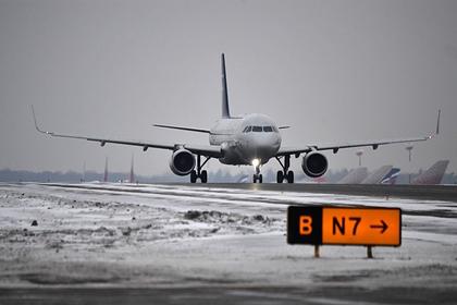 Самолет экстренно сел в российском аэропорту из-за отказа двигателя