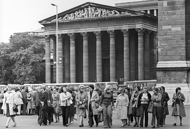 Венгрия, Будапешт. Советские туристы у Музея изобразительных искусств. 1978 год