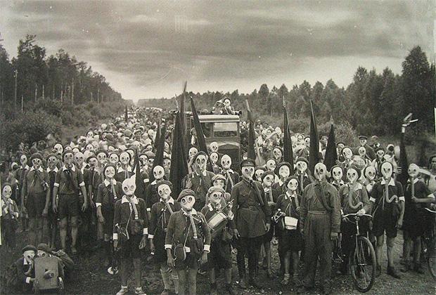 Оборона пионеров. Школьники в противогазах участвуют в тренировочном походе. Ленинградская область, 1937 год