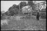 Немецкий военный ловит рыбу в реке. Франция, 1940 год.