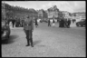 Немецкий военный позирует на фоне дворца в Версале. Франция, 1940 год.