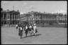 Французские девушки на площади Согласия. Париж, Франция, 1940 год.
