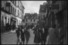 Немецкие военные на автомобиле и пешие местные жители на одной из улиц города в районе Монмартра. Париж, Франция, 1940 год.