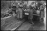 Немецкие военные обедают во время привала. Франция, 1940 год.
