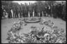 Немецкие военные вместе с местными жителями возле Вечного огня на Могиле неизвестного солдата на парижской площади Звезды (после войны ее переименуют в площадь Шарля де Голля) у Триумфальной арки. Памятник посвящен французам, погибшим в Первой мировой войне. Париж, Франция, 1940 год.