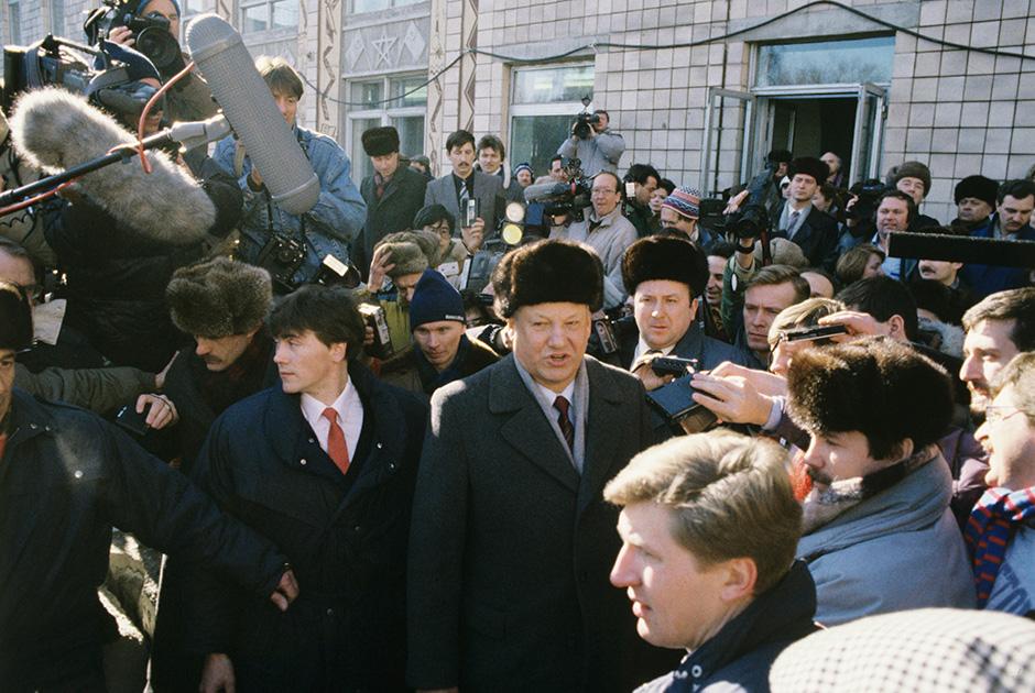 Председатель Верховного Совета РСФСР Борис Ельцин в день проведения Всесоюзного референдума о будущем СССР в окружении журналистов возле участка для голосования
