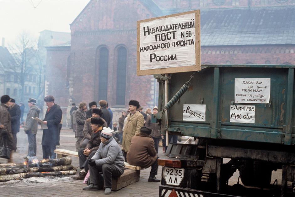 Представители Народного фронта России на улицах Риги, январь, 1991 год
