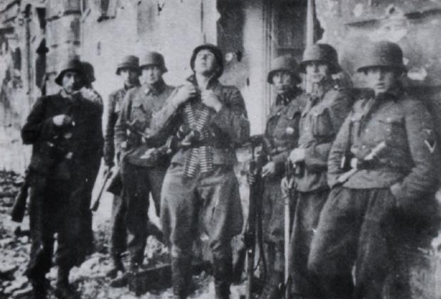 Ученики СС-гренадеров и дополнительных бригад в Елгавском замке во время оборонительных боев в конце июля 1944 года