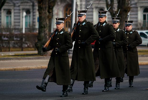 Почетный караул у памятника Свободы в Риге в день памяти легионера