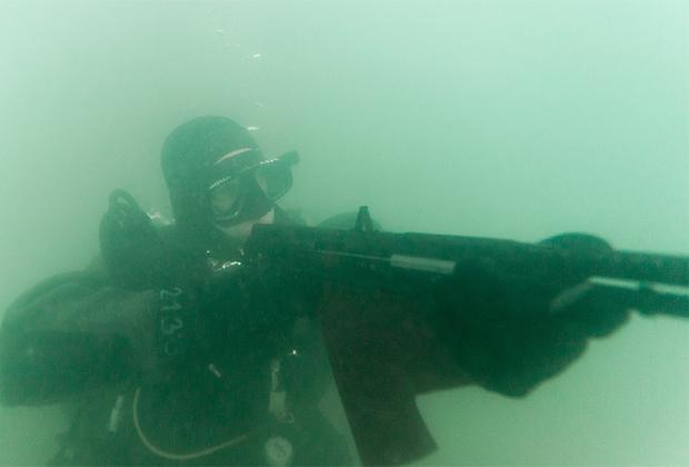 Боевой пловец с автоматом для подводной стрельбы