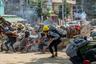 В дни протеста крупнейший город Мьянмы Янгон практически превратился в поле битвы: протестующие возводили баррикады, поджигали автомобильные шины и бросали в силовиков бутылки с зажигательной смесью. В ответ против демонстрантов использовали слезоточивый газ и боевые патроны.  <br></br> Костяк народного сопротивления — молодежь, на улицы выходили даже подростки и дети. Неслучайно символом протестов стал жест, позаимствованный из подростковой антиутопии «Голодные игры»: поднятые вверх три пальца — указательный, средний и безымянный.