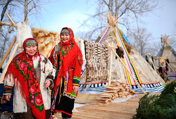 Женщины в национальных костюмах в этнодеревне на острове Татышев в Красноярске