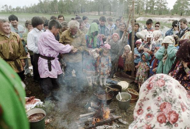 Мясо жертвенных оленей готовится на костре во время обряда жертвоприношения верховному богу хантов Торуму