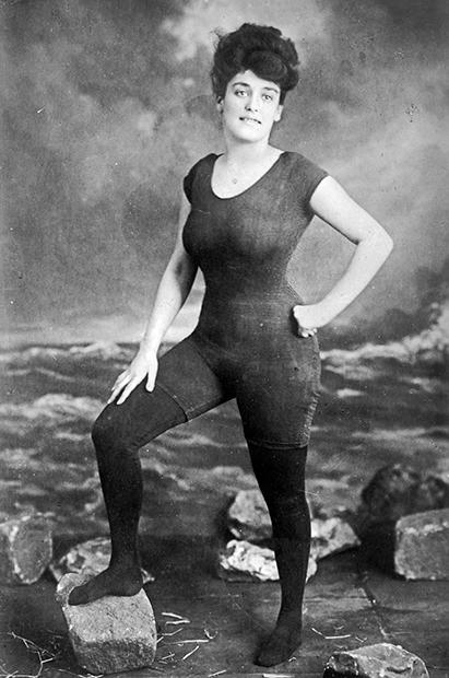 Пловчиха, актриса и писательница Аннет Келлерман в комбинезоне для плавания, 1918 год