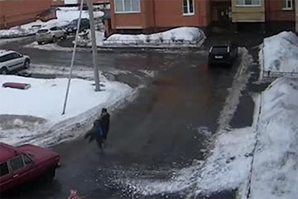 Россиянка молниеносно отреагировала на падающий с крыши снег и спасла сына