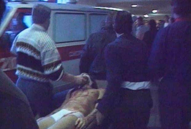 Тело Игоря Талькова везут к машине скорой помощи