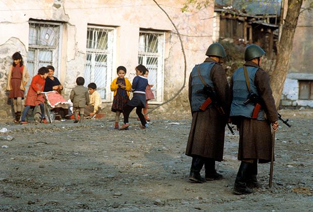 В поселке совместного проживания армян и азербайджанцев. Нагорно-Карабахская автономная область Азербайджанской ССР, 1989 год