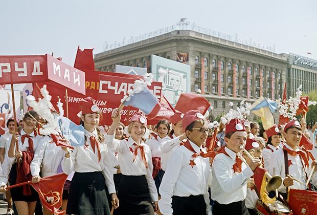 Пионеры на первомайской демонстрации, 1975 год