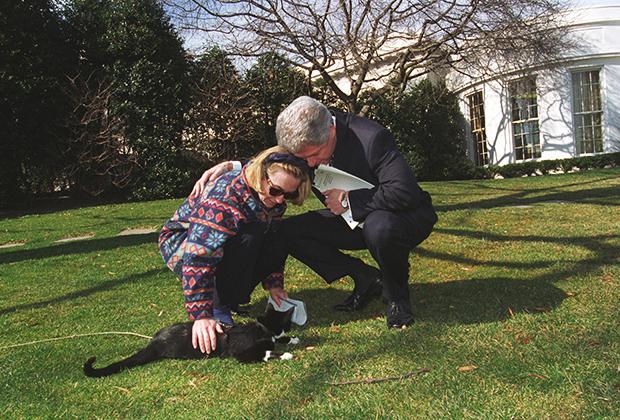 Хиллари и Билл Клинтоны и их питомец Кот Сокс на лужайке Белого дома, 24 февраля 1997 года