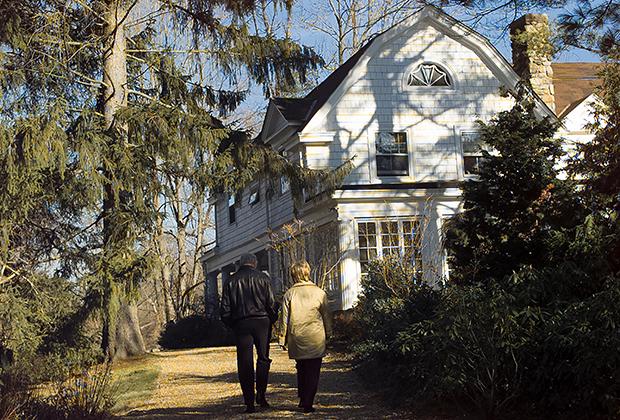 Билл и Хиллари Клинтон направляются к своему дому в городе Чаппакуа, штат Нью-Йорк, 2000 год