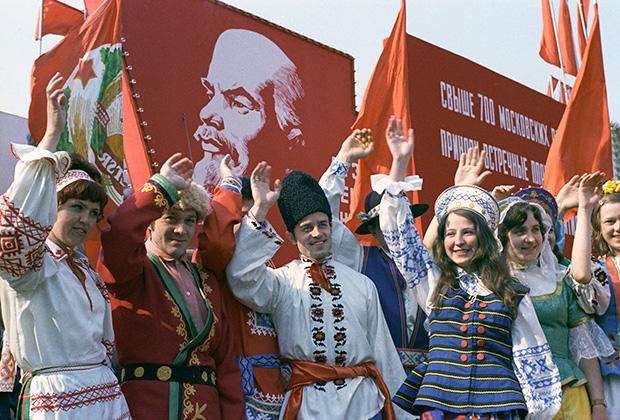 Демонстранты в национальных костюмах народов союзных республик на Красной площади, 1974 год
