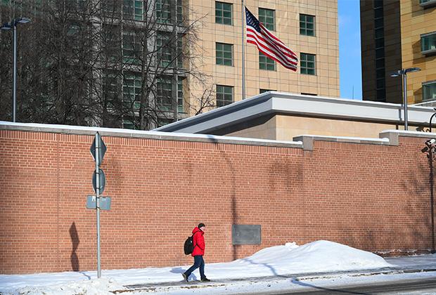 Флаг США у американского посольства в Москве
