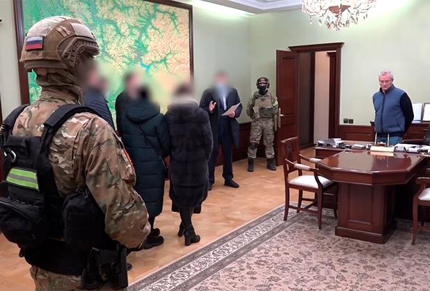 Губернатор Иван Белозерцев (справа) во время следственных действий