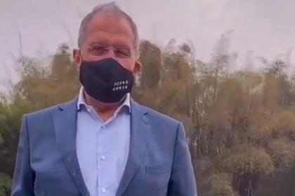 Лавров в Китае надел маску с надписью FCKNG QRNTN