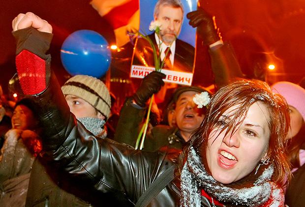 Митинг протеста, 2006 год. На плакате — кандидат от оппозиции Александр Милинкевич