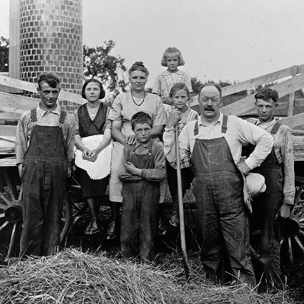 Американский фермер и политик Магнус Джонсон с семьей. Первая половина XX века