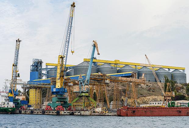 Зернохранилище в бухте Севастополя