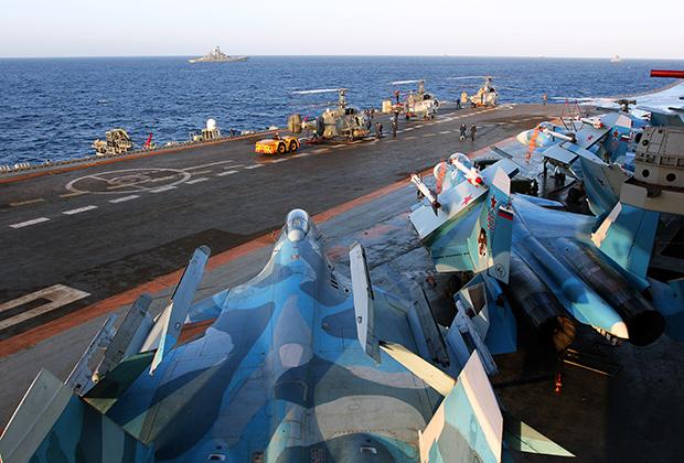 Истребители Су-33 на палубе тяжелого авианесущего крейсера «Адмирал Кузнецов».