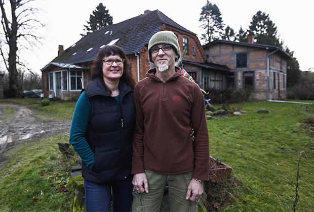 Биргит и Хорст Ломайеры на фоне дома в Ямеле, 2011 год