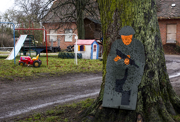 Фигура солдата со следами от пуль рядом с детской площадкой в Ямеле