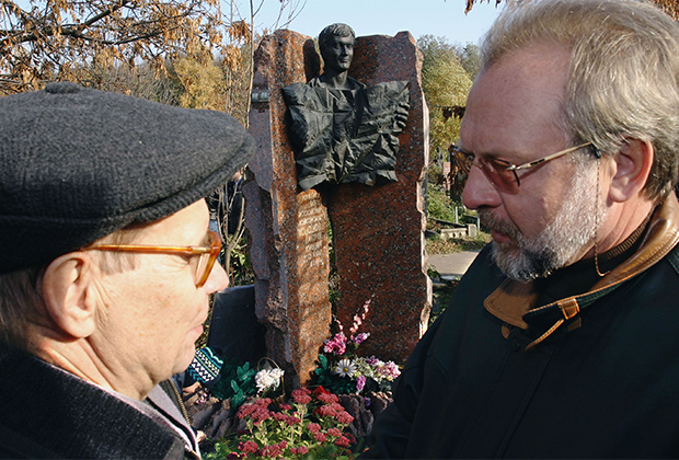 Отец Дмитрия Холодова Юрий Холодов и главный редактор «МК» Павел Гусев (слева направо) на Троекуровском кладбище, у могилы Дмитрия Холодова