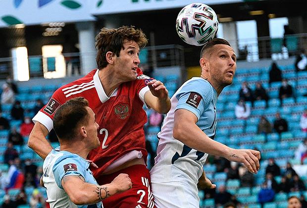 Марио Фернандес (в центре) в матче со сборной Словении