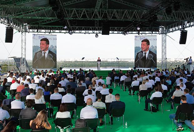 Президент Украины Владимир Зеленский выступает на съезде партии «Слуга народа» в Киеве, 2020 год