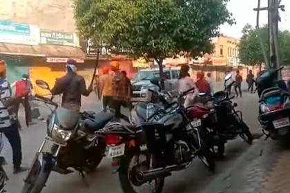 Сотни вооруженных мечами сикхов напали на полицию