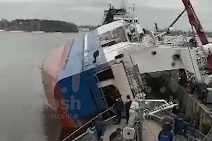 Стало известно о пострадавших на перевернувшемся под Петербургом судне