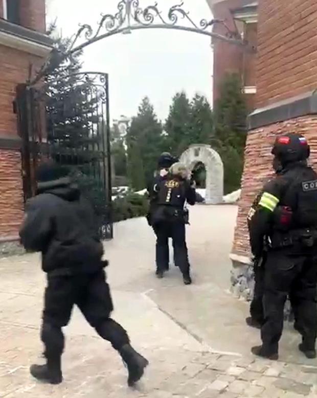 Бойцы СОБР на территории дома мытищинского стрелка
