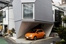 """Постройка Mineral House в Токио считается одним из самых удачных примеров идеального использования пространства. Идея принадлежит японскому архитектору Ясухиро Ямасита (Yasuhiro Yamashitа). В 2006 году его работа <a href=""""https://thecoolhunter.net/mineral-house-tokyo/"""" target=""""_blank"""">стала</a> сенсацией и привлекла внимание всего мира. На крошечном участке Ямасита разместил дом неправильной формы площадью около 45 квадратных метров. Здание в виде многогранника должно было <a href=""""http://www.tekuto.com/en/works/a106_reflection-in-mineral"""" target=""""_blank"""">напоминать</a> алмаз. Минималистичный интерьер выдержан в светлых тонах и почти лишен отделки. На небольшой площади архитектор умудрился разместить даже парковочное место для автомобиля."""