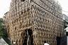 """Здание со сложным деревянным фасадом украшает городской пейзаж. Задумка принадлежит японскому архитектору Кэнго Куме (Kengo Kuma) — в 2013 году он построил магазин, где стали продавать популярный десерт фэнлису с ананасовой начинкой. Оболочка здания <a href=""""https://www.archdaily.com/484981/sunnyhills-at-minami-aoyama-kengo-kuma-and-associates"""" target=""""_blank"""">состоит</a> из большого числа деревянных реек, соединенных под определенным углом в технике Jiigoku-Gumi, без использования гвоздей или клея. Конструкция символизирует плетеную бамбуковую корзину. По замыслу Кумы, необычная постройка должна была стать утонченным элементом улицы и отличаться от бетонных зданий. Особую атмосферу магазину <a href=""""https://www.dezeen.com/2014/02/25/sunnyhills-at-minami-aoyama-by-kengo-kuma/"""" target=""""_blank"""">придает</a> солнечный свет, который проникает внутрь, создавая впечатление, что находишься в лесу."""