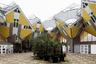 """Поиграть с объемами в 1984 году решил нидерландский архитектор Пит Блом (Piet Blom). Он построил в Роттердаме несколько домов в виде кубов. Конструкции стоят не на гранях, а упираются вершинами в шестигранные столбы. Постройки выкрасили в желтый и серый цвета, разбив дизайн белыми вставками. Необычные каркасы домов <a href=""""https://www.archdaily.com/482339/ad-classics-kubuswoningen-piet-blom"""" target=""""_blank"""">символизируют</a> деревья и желание Блома поселить на них людей. Со временем район стал достопримечательностью города и на протяжении 30 лет считался архитектурным феноменом. Сегодня желающие <a href=""""https://www.kubuswoning.nl/en/visit.html"""" target=""""_blank"""">могут посетить</a> дом-музей и на собственном опыте убедиться, пригодны ли подобные конструкции для жизни."""