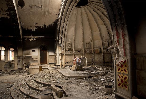 Сожженная террористами церковь в районе Аль-Хамдания под Мосулом